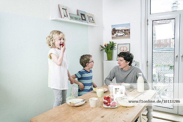 Menschlicher Vater Küche essen essend isst