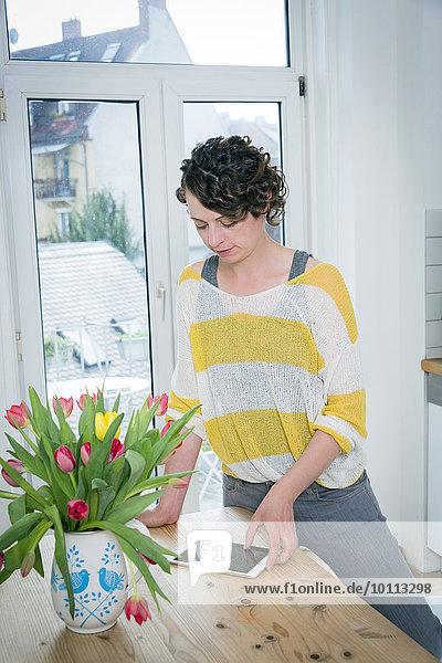 Interior zu Hause benutzen Frau Tablet PC