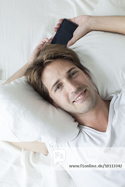 Mann entspannt auf dem Bett  Portrait