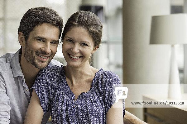 Paar lächelt zusammen zu Hause  Porträt