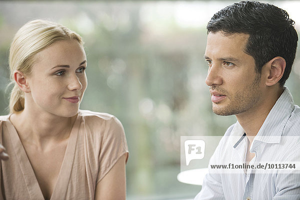 Frau bewundert männliche Begleiterin