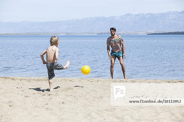 Strand Menschlicher Vater Sohn Fußball Ball Spielzeug spielen