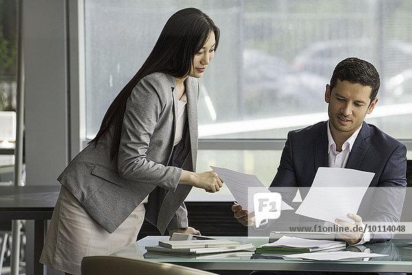 Geschäftspartner bei der Prüfung von Dokumenten