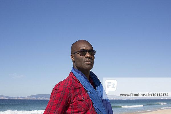 Portrait Mann denken sehen Strand wegsehen Reise