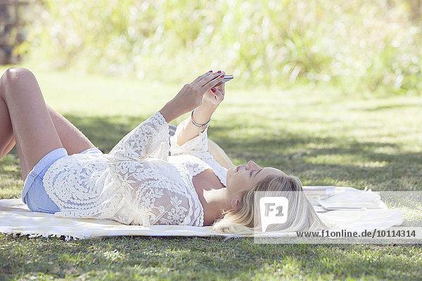 Außenaufnahme Frau Internet fließen Befriedigung Camcorder freie Natur Smartphone