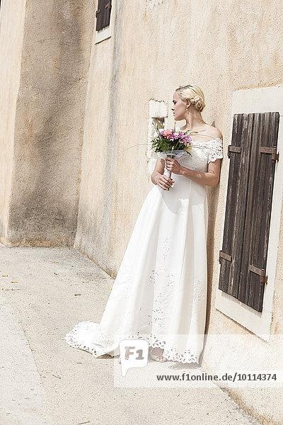 Blumenstrauß Strauß Braut halten weiß Kleid