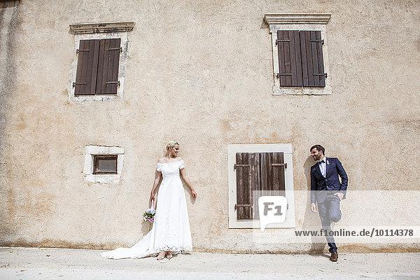 stehend Braut Bräutigam frontal Hauswand