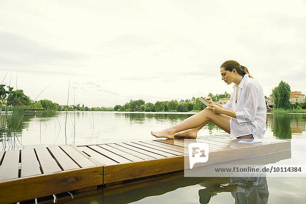 sitzend benutzen Frau See Dock Tablet PC