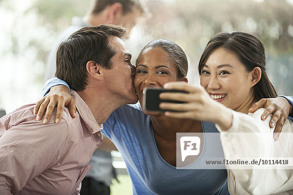 Freunde posieren für Smartphone Selfie