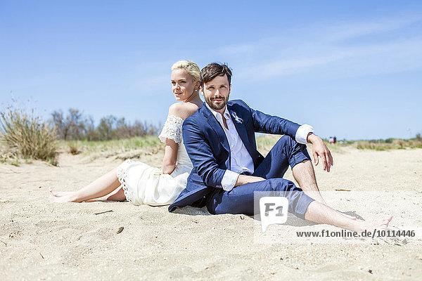 sitzend Braut Bräutigam Strand