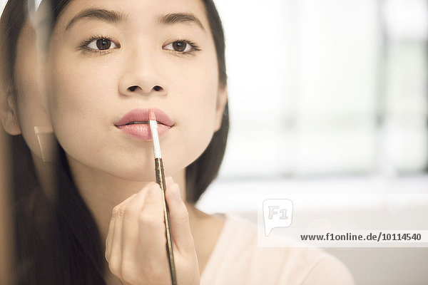 benutzen Frau eincremen verteilen Lippenstift Kosmetikpinsel Pinsel Make up Pinsel