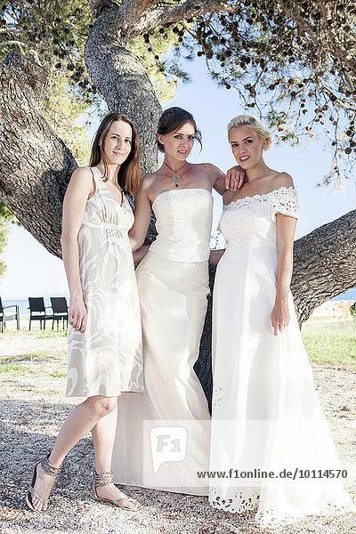 Braut Hochzeit Brautjungfer nebeneinander neben Seite an Seite Kleid