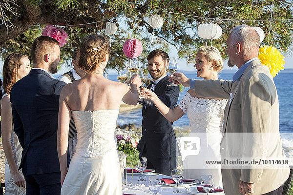 Hochzeit Strand grüßen trinken Champagner