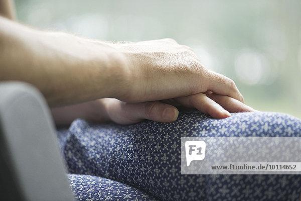 Paar haltende Hände  Nahaufnahme