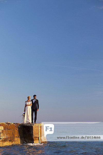 stehend Braut Bräutigam Himmel Kai blau
