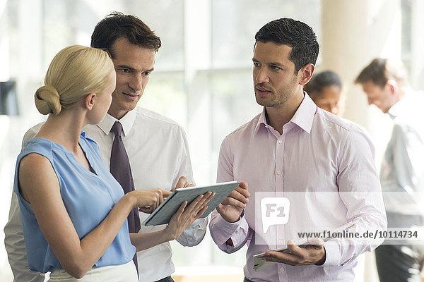 Kollegen  die mit digitalen Tabletts zusammenarbeiten