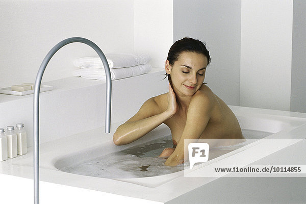 frau im bad sitzend augen geschlossen photoalto lizenzfreies bild f1online 10114855. Black Bedroom Furniture Sets. Home Design Ideas