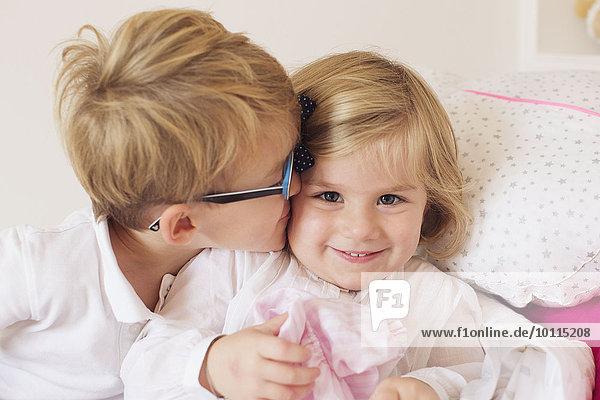 Junge - Person küssen klein