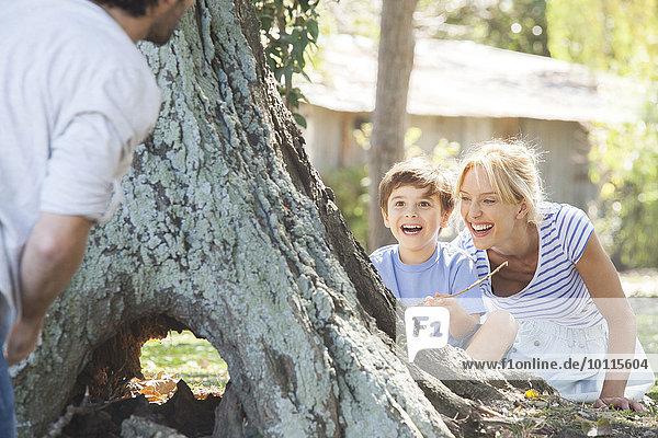 hinter verstecken Junge - Person Baum suchen jung Mutter - Mensch spielen