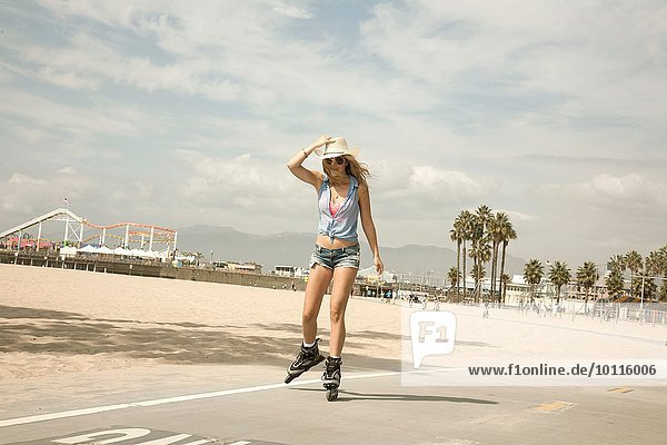Portrait einer jungen Frau,  Inline-Skating,  Santa Monica,  Los Angeles,  USA