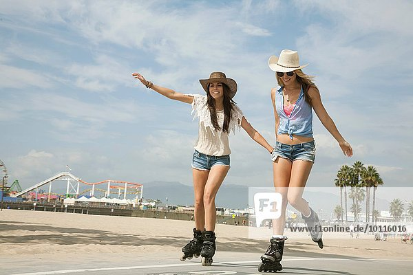 Zwei junge Frauen  Inlineskaten  Santa Monica  Los Angeles  USA