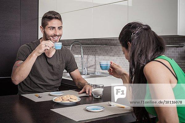Junges Paar trinkt Kaffee an der Frühstücksbar
