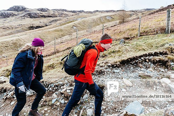 Junge Paare wandern  Honister Slate Mine  Keswick  Lake District  Cumbria  Großbritannien