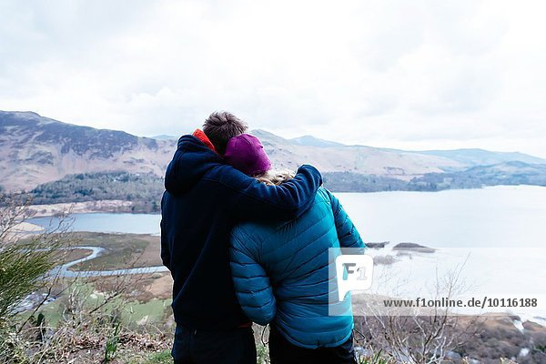 Junges Paar beim Wandern  Ausblick  Rückansicht  Derwent Water  Keswick  Lake District  Cumbria  Großbritannien