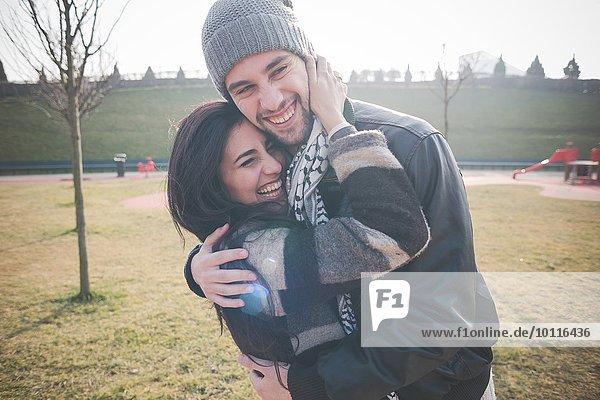 Junges Paar umarmt sich im Park