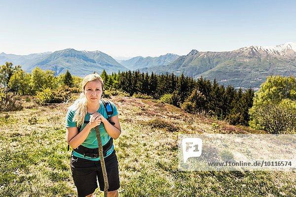 Junge Frau  Wandern  Comer See  Italien