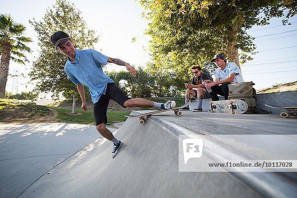 Junger Mann Skateboarding im Park  Eastvale  Kalifornien  USA