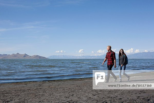 Junges Paar am Wasser entlang  Great Salt Lake  Utah  USA