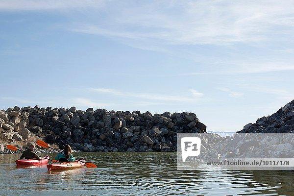 Rückansicht von Kajakfahrern auf dem Wasser in Kajaks mit Blick auf Felsen  Great Salt Lake  Utah  USA
