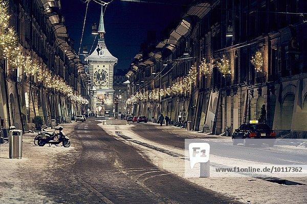 Nachtansicht der Weihnachtsbeleuchtung in der Strasse  Lausanne  Schweiz