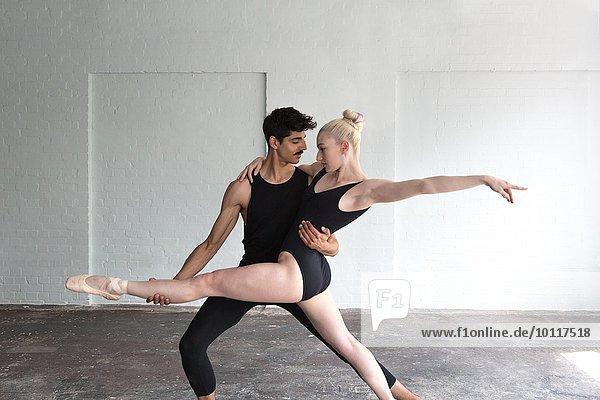Tänzer üben im Studio