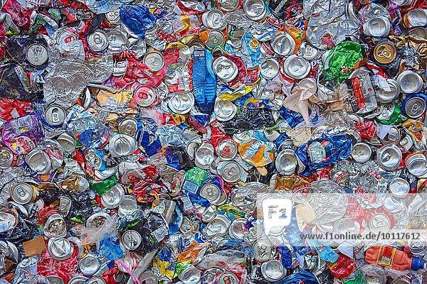 Draufsicht auf abgeflachte Aluminium- und Kunststoffverpackungen