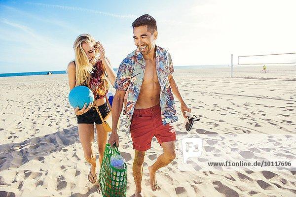 Junges Paar am Strand  bereit zum Picknick