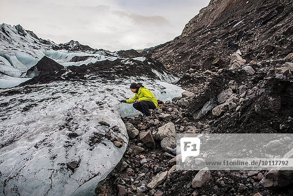 Männlicher Tourist untersucht Gletscher bei Solheimajokull  Island