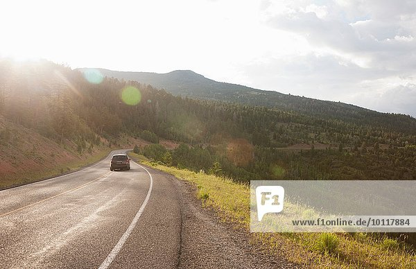 Rückansicht des Autos auf der Landstraße bei Torrey  Utah  USA