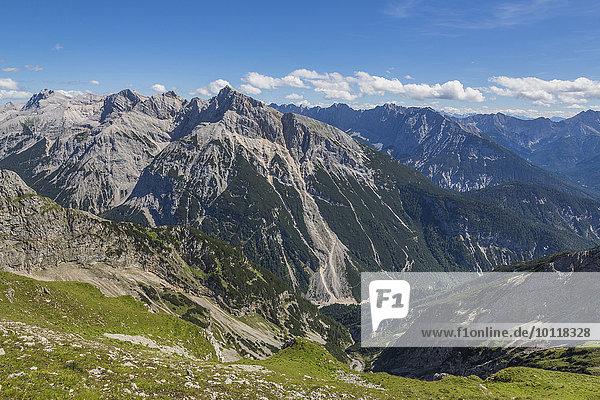 Karwendelgebirge  hinten die österreichischen Alpen  Bayern  Deutschland  Europa