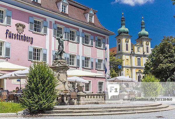 Fürstenberg Brauerei  hinten die Kirche Sankt Johann  Zentrum  Donaueschingen  Schwarzwald  Baden-Württemberg  Deutschland  Europa