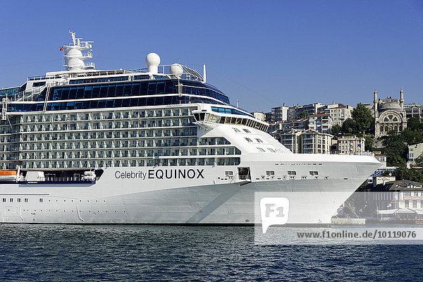 Kreuzfahrtschiff Celebrity EQUINOX  Baujahr 2009  317 2m lang  2850 Passagiere  am Kai von Karaköy  Istanbul Modern  Beyoglu  Istanbul  Türkei  Asien