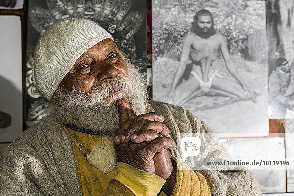 Porträt von Swami Sundaranand  ein berühmter Sadhu  Yogi und Fotograf  Gangotri  Uttarakhand  Indien  Asien