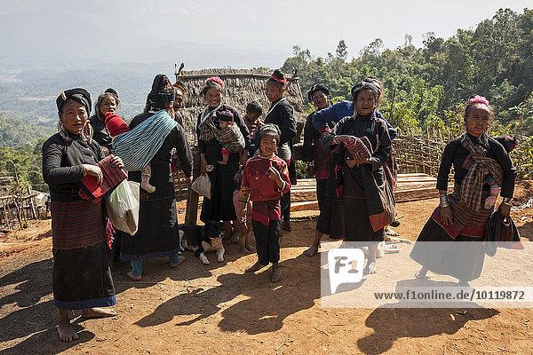 Frau Berg Kleidung Dorf Myanmar typisch Asien Volksstamm Stamm