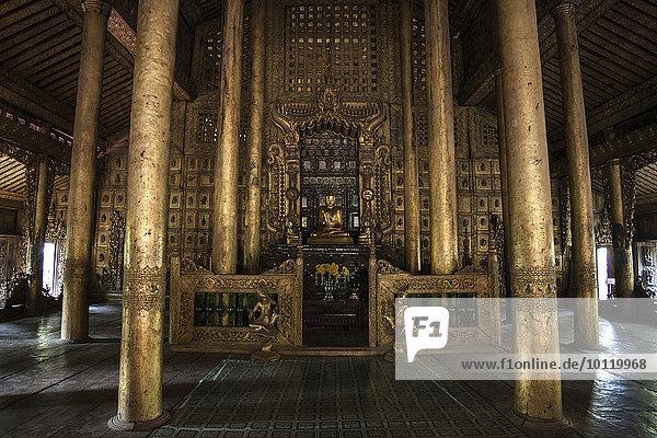 Vergoldete Holzsäulen im Innenraum  Shwenandaw Kloster  Mandalay  Division Mandalay  Myanmar  Asien