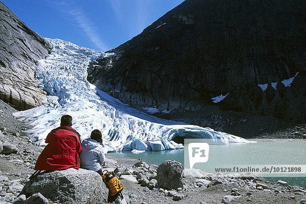 Touristen blicken auf die Gletscherzunge des Jostedalsbreen  Norwegen  Skandinavien  Europa