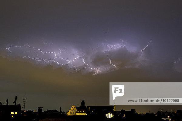 Gewitterhimmel mit Blitzen über München  Bayern  Deutschland  Europa