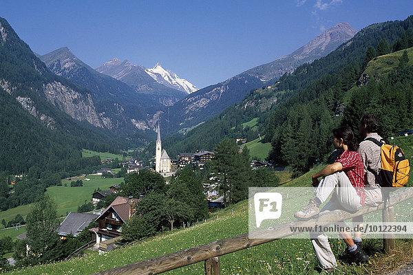 Paar schaut auf Heiligenblut und Großglockner  Hohe Tauern  Mölltal  Kärnten  Österreich  Europa
