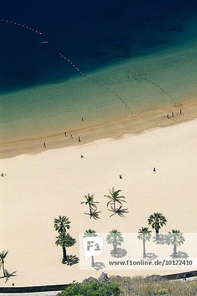 Blick von oben auf den Strand Las Teresitas  San Andres  Teneriffa  Kanarische Inseln  Spanien  Europa
