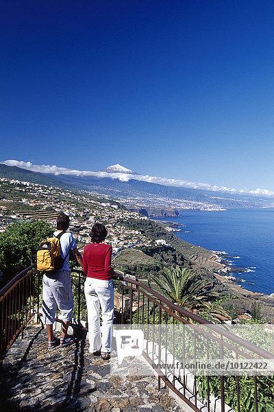 Paar blickt zum Teide an der Nordküste bei Puerto de la Cruz  Teneriffa  Kanarische Inseln  Spanien  Europa
